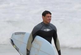 Cauã Reymond é flagrado trocando de roupa em praia