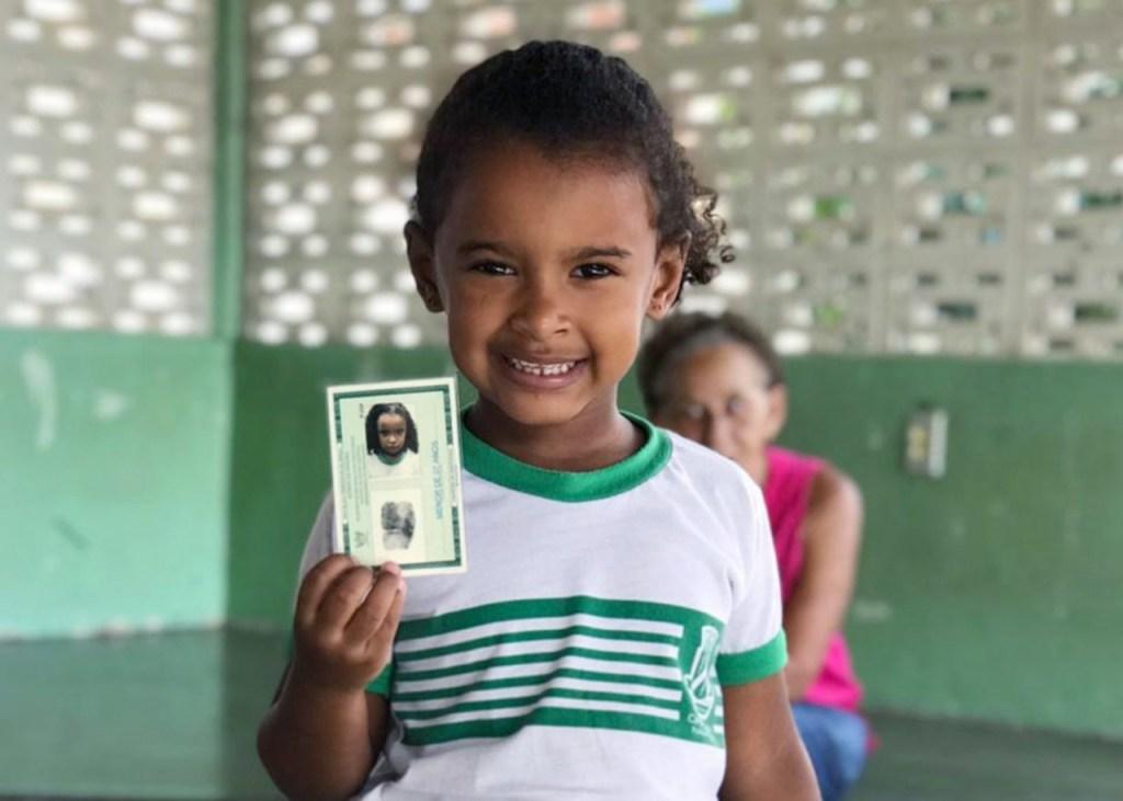 entrega documento criancas projeto cidadania de primeira campina grande juiz hugo 04 12 19 1 1024x731 - Crianças de Campina Grande recebem o primeiro RG no Projeto Cidadania de Primeira