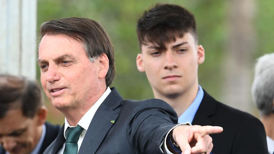 jair bolsonaro e o filho jair renan bolsonaro 1574364721179 v2 900x506 - NOVO INTEGRANTE DO CLÃ: Caçula de Bolsonaro se une ao pai na carreira política