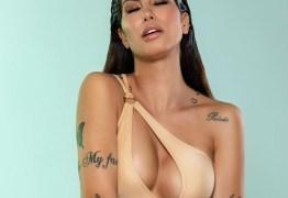 """Modelo brasileira tatua o corpo com mais de 30 artes para compor ensaio em revista """"A tatuagem é como uma peça de vestimenta do ensaio"""""""