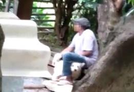 Homem é flagrado por vizinhos estuprando cachorro