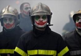 CONTRA A REFORMA DA PREVIDÊNCIA: Bombeiros enfrentam a polícia durante manifestação em Paris