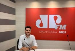 Novidade na Jovem Pan: Daniel Lustosa assume bancada do 'Jornal da Manhã' ao lado de Cláudia Carvalho