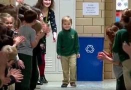 Menino curado de leucemia é recebido com aplausos em escola – VEJA VÍDEO