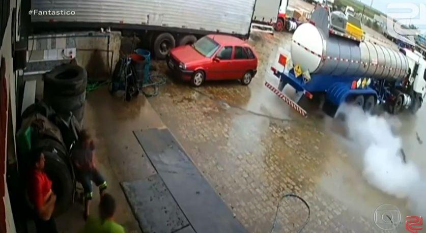 PNEU CAMINHÃO - DURANTE TROCA: Homem é lançado a três metros após pneu de caminhão explodir