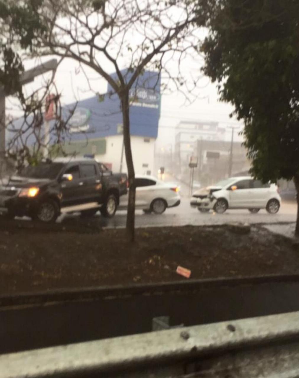 WhatsApp Image 2020 01 21 at 15.47.29 - COM ÁGUA NA CANELA: Açude Velho transborda, chuva alaga ruas e água invade casas em Campina Grande - VEJA VÍDEO