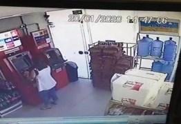 Mulher retira e guarda dinheiro de caixa eletrônico que foi solicitado por outra pessoa, em João Pessoa – VEJA VÍDEO