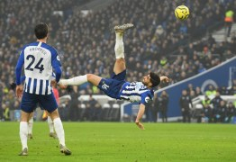 Atacante iraniano do Brighton marca golaço de bicicleta e arranca empate contra o Chelsea