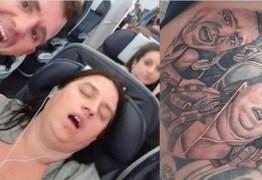Homem tatua em coxa imagem da esposa roncando