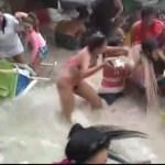 22cg5yliidfolslijwkzkfd6m - Banhistas são arrastados pelo mar durante ressaca - VEJA VÍDEO