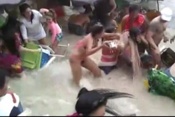 Banhistas são arrastados pelo mar durante ressaca – VEJA VÍDEO