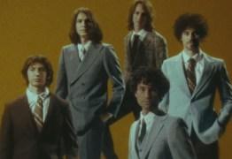 """""""Bad Decisions"""" é a nova música e clipe da banda The Strokes – VEJA VÍDEO"""