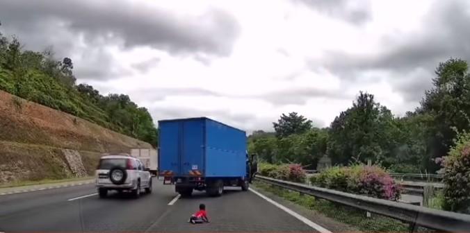 IMAGENS FORTES: Criança de 2 anos é jogada para fora do carro durante ultrapassagem