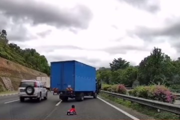 Capturar 35 - IMAGENS FORTES: Criança de 2 anos é jogada para fora do carro durante ultrapassagem - VEJA VÍDEO