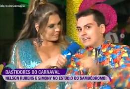 Simony se diz 'chocada' após ter seios apalpados por Dudu Camargo ao vivo; VEJA VÍDEO