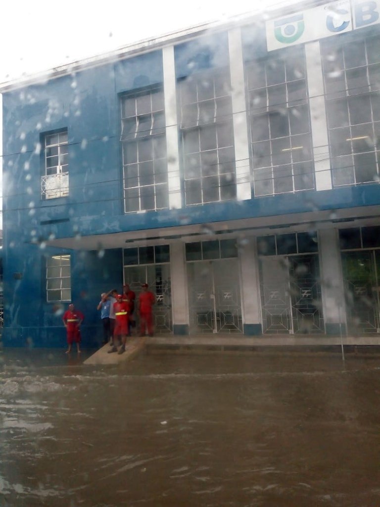WhatsApp Image 2020 02 13 at 10.03.10 768x1024 - SEMÁFOROS PARADOS, RAIOS E ALAGAMENTOS: João Pessoa passa por transtornos após chuva intensa - VEJA IMAGENS