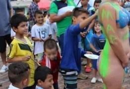 ENTENDA POLÊMICA: Meninos pintam corpo nu de mulher em frente a igreja em performance artística – VEJA VÍDEO