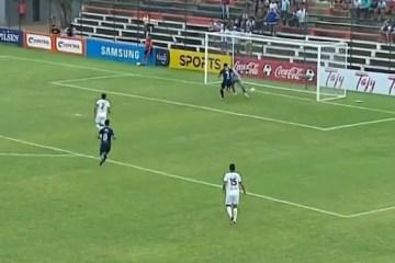 Goleiro tropeça na bola e marca gol contra bizarro no Paraguai – VEJA VÍDEO