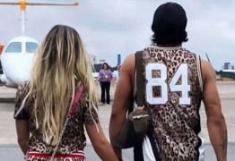 COMBINADINHOS: Hulk e a nova namorada usam looks iguais para viajar