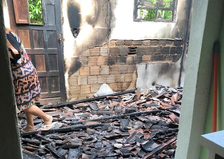 incendio - VIOLÊNCIA E DESTRUIÇÃO: Prefeita tem casa incendiada durante a madrugada e polícia suspeita de ação criminosa