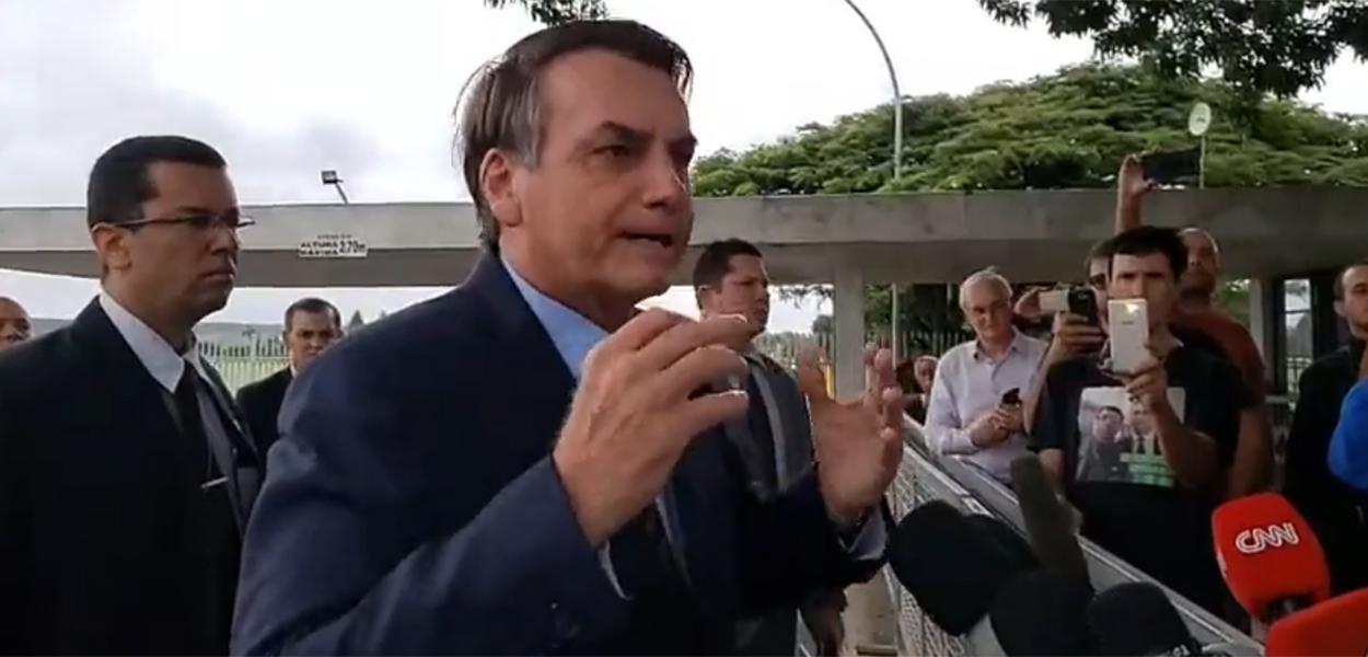 20200325080344 7a691655a223306cfbf4b0521a19e768db50da82ca90c9506502a96d121ac12a - 'O QUE ESTÃO FAZENDO AQUI?' Bolsonaro ironiza jornalistas e questiona presença de profissionais no Planalto - VEJA VÍDEO
