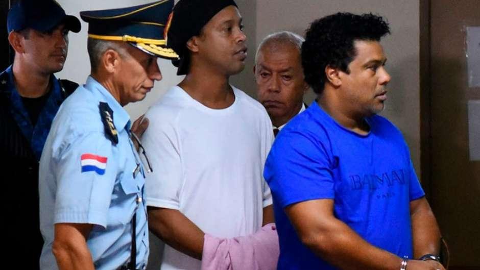 5e63c5cdf3a9e 1 - Na prisão, Ronaldinho comemora 40 anos quase esquecido