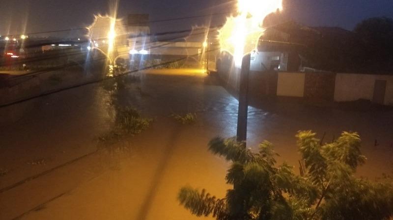 5e7ac0bc9dbfb CHUVA CATOLE 01 - Forte chuva alaga ruas e invade residências em Catolé do Rocha - VEJA VÍDEO