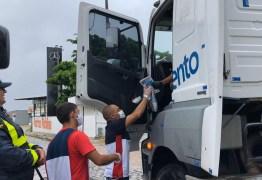 """PRF participa da campanha """"Siga em frente, caminhoneiro"""" com três pontos de arrecadação e distribuição de refeições e material de higiene"""