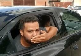 Vereador preso em flagrante por 'rachadinha' manda beijos ao ser levado por polícia – VEJA VÍDEO