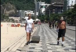 Em meio a pandemia de coronavírus, Paulo Guedes passeia no calçadão do Leblon