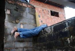 Casal é preso suspeito de pular muro para furtar residências em Campina Grande