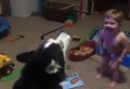 Garotinho de apenas dois anos compete com cão para ver quem uiva mais alto e cai no riso
