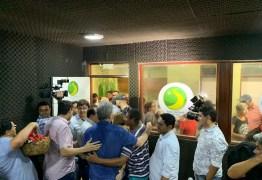 PRESENTES, FOTOS E PALMAS: Ricardo Coutinho sai de entrevista sob aprovação de populares – VEJA VÍDEO
