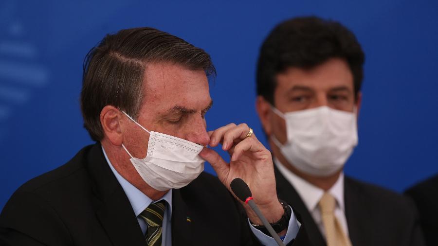 o presidente jair bolsonaro e o ministro da saude luiz henrique mandetta usam mascaras em coletiva sobre o coronavirus no brasil 1584556484196 v2 900x506 - 'De saco cheio de Mandetta', Bolsonaro estuda demiti-lo a qualquer momento - Por Tales Faria