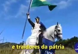 Grupo bolsonarista vira piada ao convocar ato com cavaleiro medieval: VEJA VÍDEO
