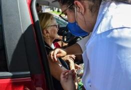 Primeiro dia de 'drive thru' em João Pessoa registra mais de 3 mil idosos vacinados
