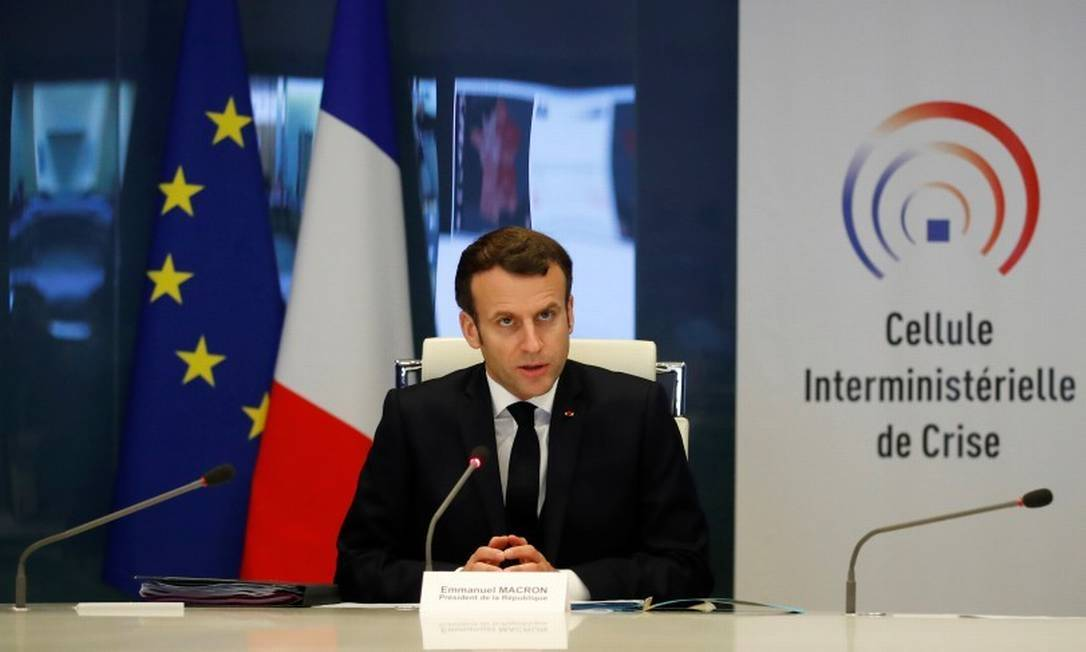 x87578308 French President Emmanuel Macron attends a meeting at the emergency crisis center of th.jpg.pagespeed.ic .8RPUs8L4LH - Pandemia faz líderes mundiais soltarem 5 vezes mais dinheiro do na crise global de 2008