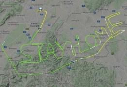 Piloto desenha no céu mensagem durante pandemia do coronavírus: 'Fiquem em casa'