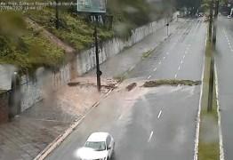 CHUVAS EM JP: Barreira do muro do Clube Cabo Branco cede e interdita a Avenida Epitácio Pessoa