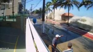 BB12yI4h 300x169 - Homem arrastado por onda 'gigante' diz que filha está aterrorizada - VEJA VÍDEO