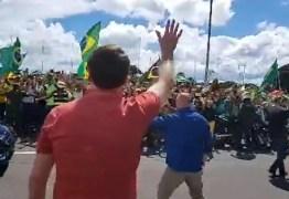 Bolsonaro participa de ato que pedia intervenção militar contra Congresso e STF: 'Não queremos negociar nada'; VEJA VÍDEO