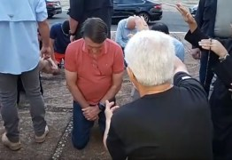 Bolsonaro ora com religiosos no Palácio da Alvorada; VEJA VÍDEO