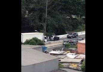 Capturar 9 - Imagens mostram policiais matando dois homens em um carro