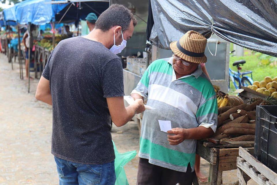 Entrega de Máscaras de Proteção na Feira Livre e Mercado Municipal 2 - Comerciantes da feira livre e mercado público de Conde recebem máscaras para proteção do coronavírus