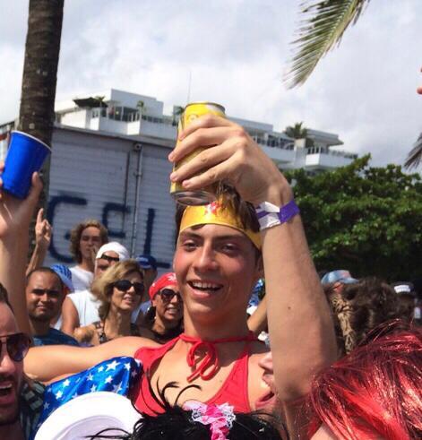 """WhatsApp Image 2020 04 25 at 19.13.08 - VIROU PIADA: foto do filho """"pegador"""" de Jair Bolsonaro vestido de Mulher Maravilha gera polêmica nas redes"""