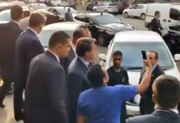 Bolsonaro é vaiado ao passear em padaria de Brasília: 'Vai pra casa!'; VEJA VÍDEO