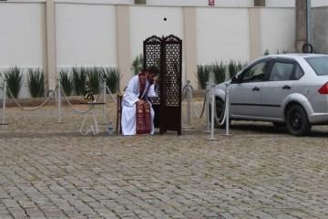 igreja padre - QUARENTENA NÃO PAROU QUARESMA: Padre adota 'drive-thru' para confissões de fiéis