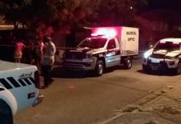 Homem mata companheira com golpe de foice e é assassinado a tiros pelo irmão, na Paraíba