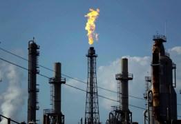 Preço do petróleo dispara mais de 10% com expectativa de acordo