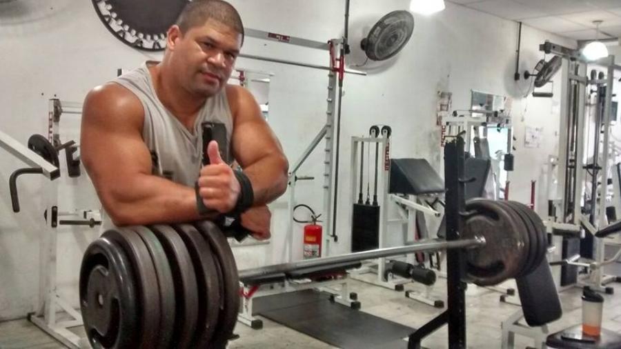 ricardo xavier de souza o gigante 1586710000459 v2 900x506 - Atleta brasileiro que já levantou 250 kg é internado na UTI com covid-19